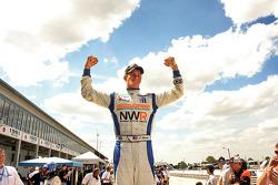 Le vainqueur John Edwards célèbre