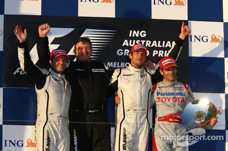 Podio: ganador de la carrera Jenson Button, Brawn GP, segundo lugar Rubens Barrichello, Brawn GP, tercer lugar Jarno Trulli, Toyota Racing, y Ross Brawn, director de Brawn Grand Prix Team