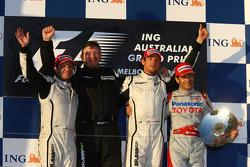 Podium: Sieger Jenson Button mit Ross Brawn, Rubens Barrichello und Jarno Trulli