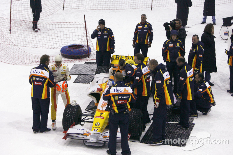 В 2009 році Renault провела Роуд-шоу в Дубаї