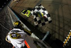 Mark Martin, Hendrick Motorsports Chevrolet takes the checkered flag