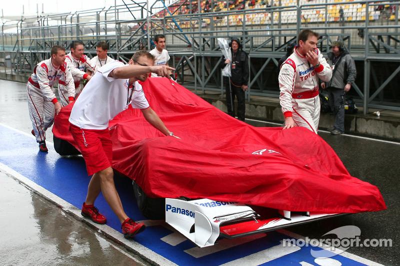 Los equipos a menudo tienen que proteger sus coches de la lluvia (en este caso fue Toyota)