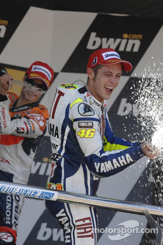 Podio: ganador de la carrera Valentino Rossi, Fiat Yamaha Team celebra con champagne