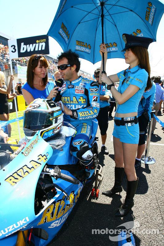 Rizla Suzuki MotoGP, Loris Capirossi y su chica de paraguas