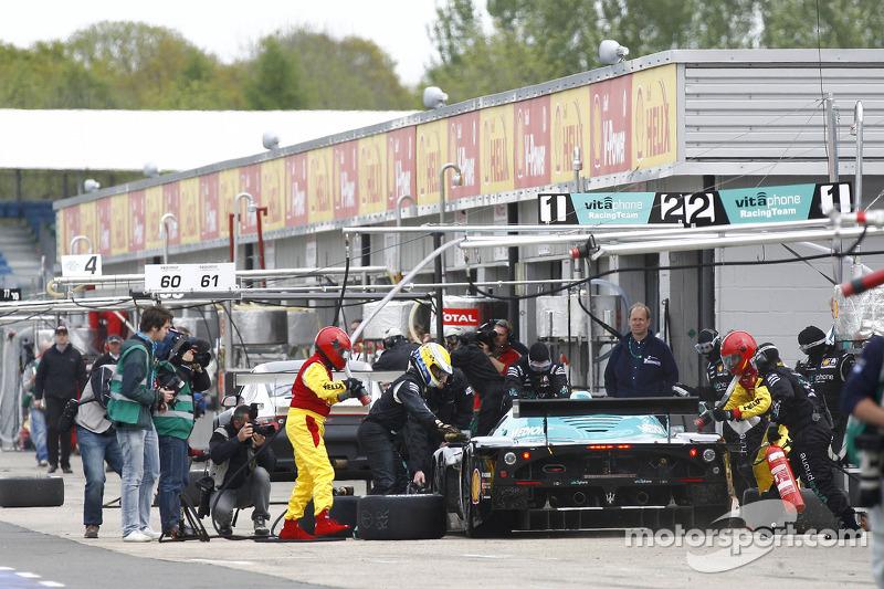 Pit stop for #1 Vitaphone Racing Team Maserati MC 12: Michael Bartels, Andrea Bertolini