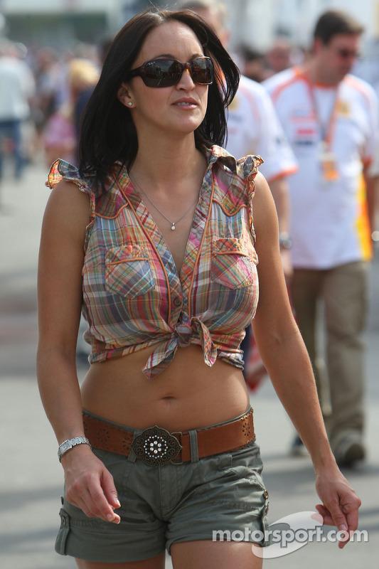 Une jeune femme dans le paddock
