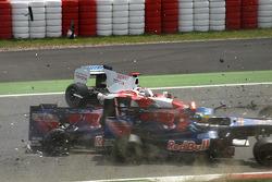 Crash de Jarno Trulli, Toyota F1 Team, Sébastien Bourdais, Scuderia Toro Rosso et Sébastien Buemi, Scuderia Toro Rosso