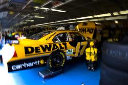 Matt Kenseth's crew makes adustments to the DeWALT Ford
