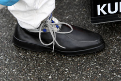 Oversized rainshoes cover the racingshoes of Sam Bird, Mücke Motorsport, Dallara F308 Mercedes