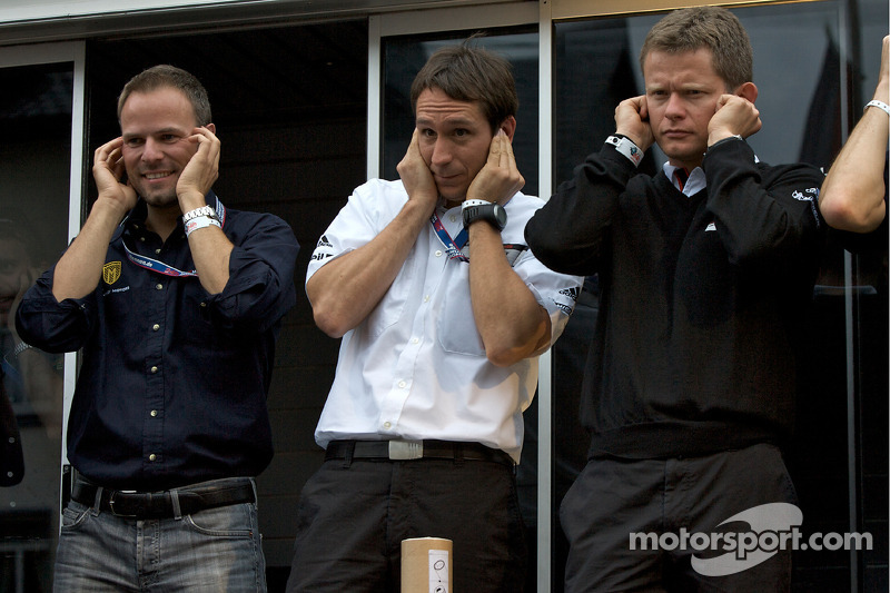 Marcel Tiemann, Wolf Henzler and Emmanuel Collard don't like the sound of the Live-strip.com hot rod