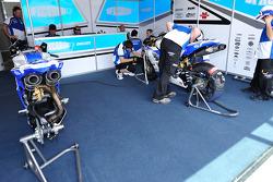 Техник команды DFX Corse за работой