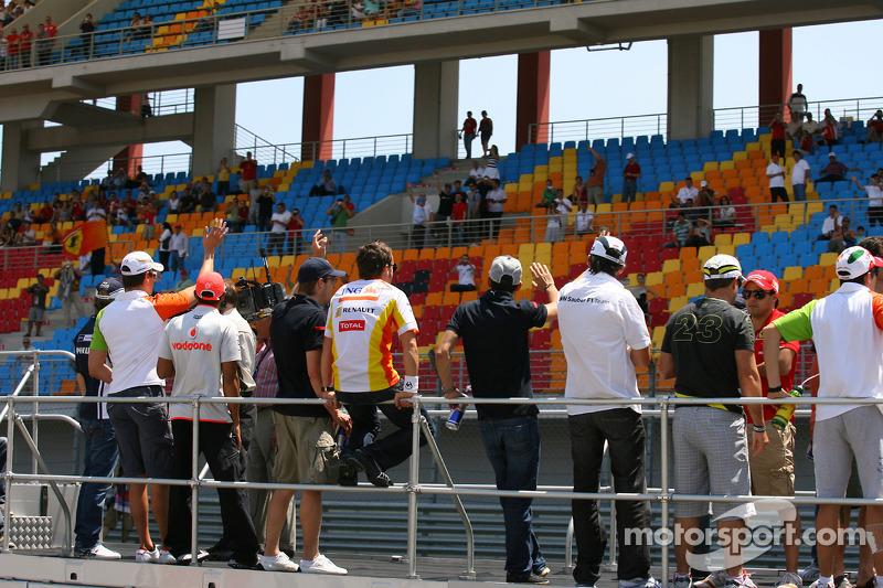 Парад гонщиків на фоні порожніх трибун