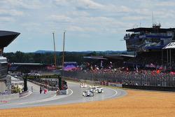 Start: #8 Team Peugeot Total Peugeot 908: Stéphane Sarrazin, Franck Montagny, Sébastien Bourdais leads the field