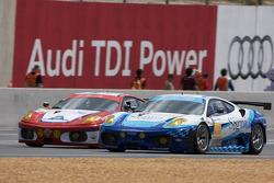 La #81 Advanced Engineering Team Seattle Ferrari F430 GT: Patrick Dempsey, Don Kitch Jr., Joe Foster dépasse la #96 Virgo Motorsport Ferrari F430 GT: Michael Mclnerney, Sean Mclnerney, Michael Vergers