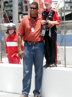 Brad Daugherty and a shorter fan