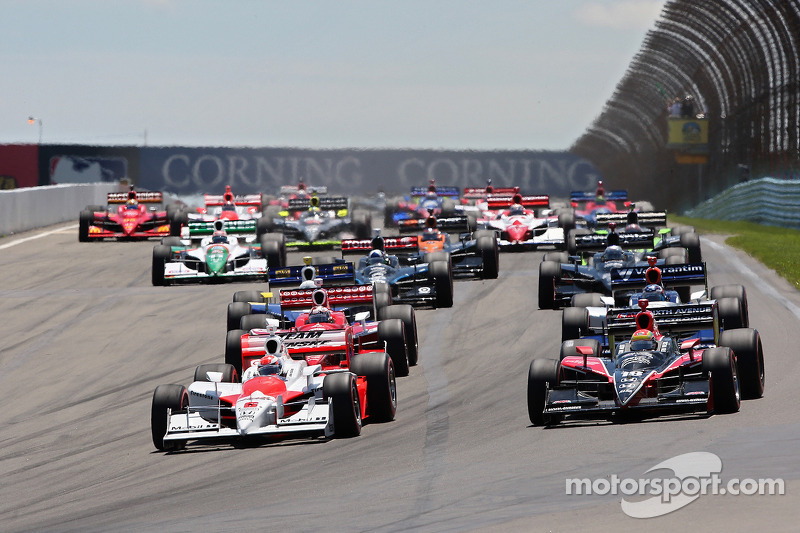 Penske's polesitter Briscoe and Wilson's Coyne entry head the field into Turn 1, Lap 1.