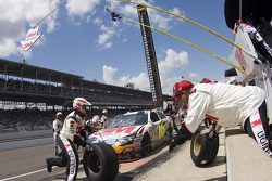 Pit stop for Greg Biffle, Roush Fenway Racing Ford