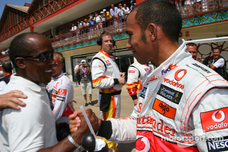 Lewis Hamilton celebra la pole con su padre, Anthony Hamilton en Valencia 2009