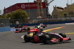 Lewis Hamilton, McLaren Mercedes devant au début de la course