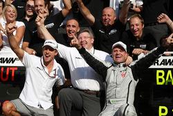 Celebra el ganador de la carrera Rubens Barrichello, Brawn GP, Jenson Button, BrawnGP, Ross Brawn, G