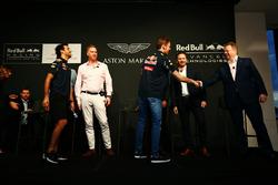 Даниэль Риккардо и Даниил Квят, Red Bull Racing, Ян Минардс, директор по разработке Aston Martin, Марек Рейхман, креативный директор и главный дизайнер Aston Martin, Эдриан Ньюи, технический директор Red Bull Racing, Кристиан Хорнер, руководитель Red Bull Racing Team и Энди Палмер, исполнительный директор Aston Martin