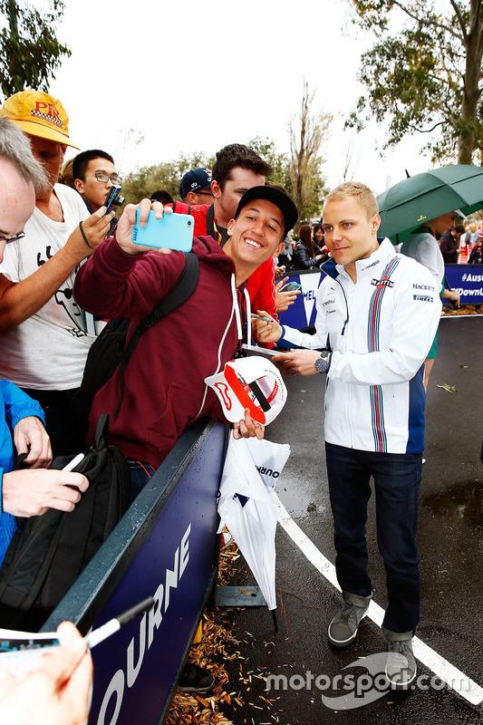 Valtteri Bottas atende alguns fãs antes dos treinos