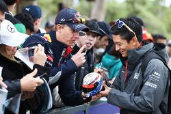 Rio Haryanto, Manor Racing, schreibt Autogramme für die Fans