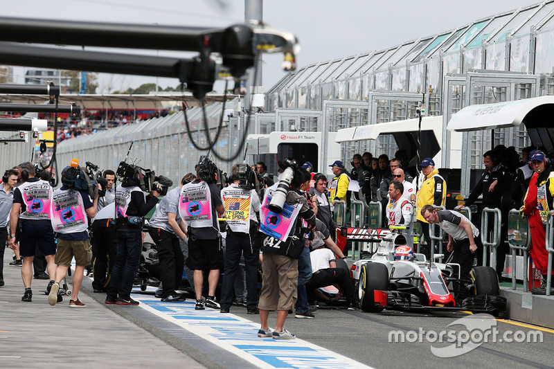 Romain Grosjean, Haas F1 Team VF-16 y Rio Haryanto, Manor Racing MRT05 chocan en el pit lane