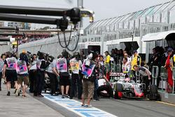 Romain Grosjean, Haas F1 Team VF-16, und Rio Haryanto, Manor Racing MRT05, mit Unfall in der Boxengasse