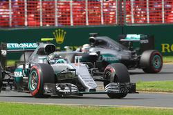 Нико Росберг, Mercedes AMG F1 Team W07 едет впереди Льюиса Хэмилтона, Mercedes AMG F1 Team W07