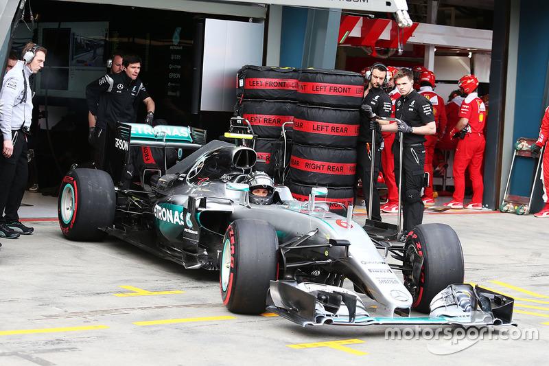 Нико Росберг, Mercedes AMG F1 Team W07 выезжает из гаража