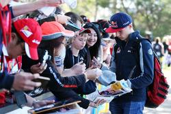 Макс Ферстаппен, Scuderia Toro Rosso раздает автографы