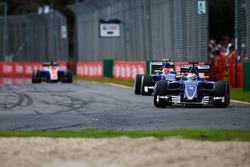 Маркус Эрикссон, Sauber C35 едет впереди Фелипе Насра, Sauber C35