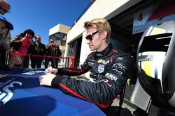 #4 ByKolles Racing CLM P1/01: Oliver Webb firma autografi ai tifosi
