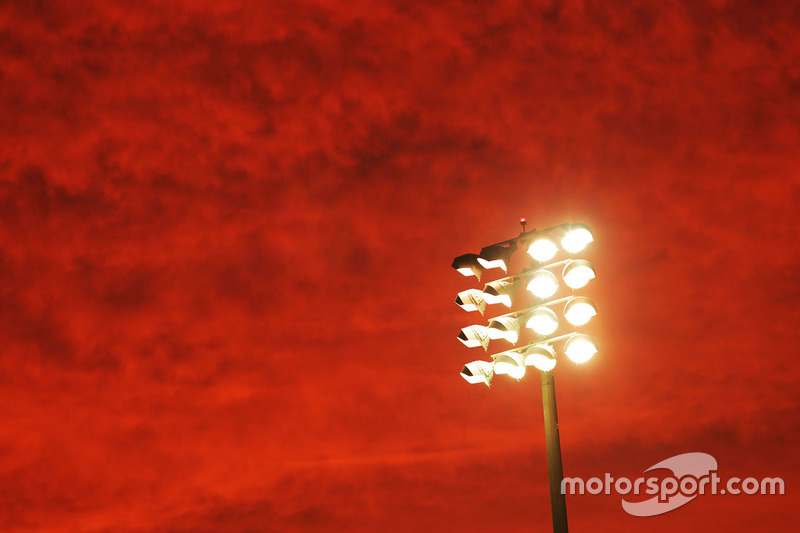 Las luces del circuito y un cielo rojo por la noche