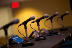Mikrofone bei der Pressekonferenz