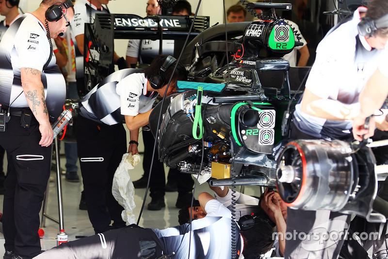 El McLaren MP4 - 31 de Stoffel van der Merwe, McLaren es trabajado encendido por los mecánicos