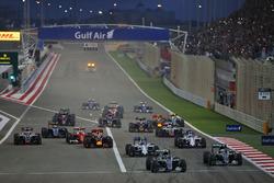 Start zum Rennen: Nico Rosberg, Mercedes AMG F1 Team W07 führt