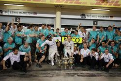 Winnaar Nico Rosberg, Mercedes AMG F1 Team viert met ploegmaat Lewis Hamilton, Mercedes AMG F1 Team en het team