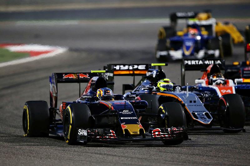 Carlos Sainz Jr., Scuderia Toro Rosso STR11 et Sergio Perez, Sahara Force India F1 VJM09