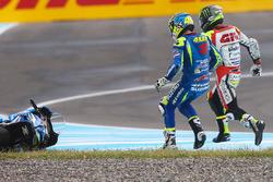 Unfall: Aleix Espargaro, Team Suzuki MotoGP, und Cal Crutchlow, Team LCR Honda