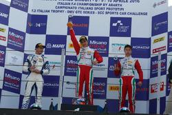 Podio carrera A-B: Juan Manuel Correa, Prema Power, Simone Cunati, Vincenzo Sospiri Racing, Juri Vips, Prema Powerteam