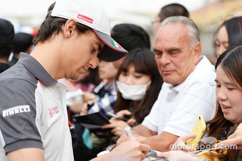 Esteban Gutierrez, Haas F1 Team firma de autógrafos para los fans