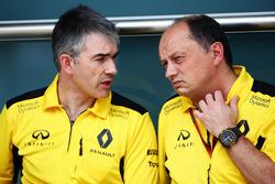 (L tnach R): Nick Chester, Renault Sport F1 Team Chassis Technischer Direktor mit Frederic Vasseur, Renault Sport F1 Team Renndirektor