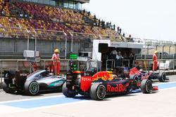 Даниил Квят, Red Bull Racing RB12 обгоняет Нико Росберга, Mercedes AMG F1 W07 Hybrid на пит-лейне