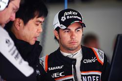 Sergio Pérez, Sahara Force India F1 con Jun Matsuzaki, Sahara Force India F1 equipo neumático Senior Ingeniero