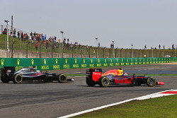 Daniil Kvyat, Red Bull Racing RB12 and Fernando Alonso, McLaren MP4-31 battle for position