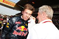 Даниил Квят, Red Bull Racing и доктор Хельмут Марко, консультант Red Bull Motorsport на стартовой решетке