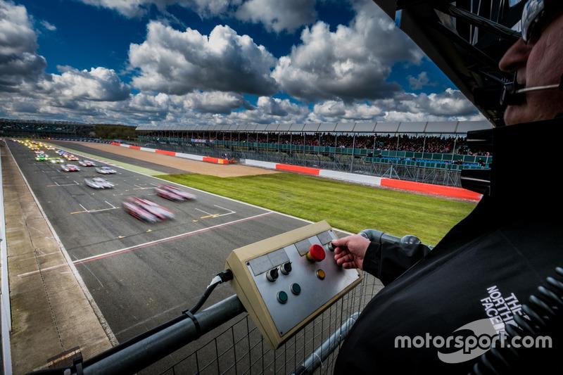 Inicio #7 Audi Sport Team Joest Audi R18: Marcel Fässler, Andre Lotterer, Benoit Tréluyer líder