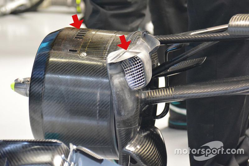 Mercedes AMG F1 Team W07 Hybrid, flap triangolare sulla presa dei freni e le feritoie sul cestello